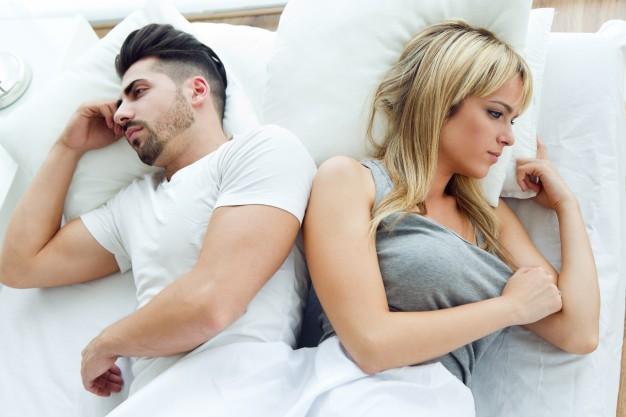 Imagem mostra casal considerando quanto custa um divórcio
