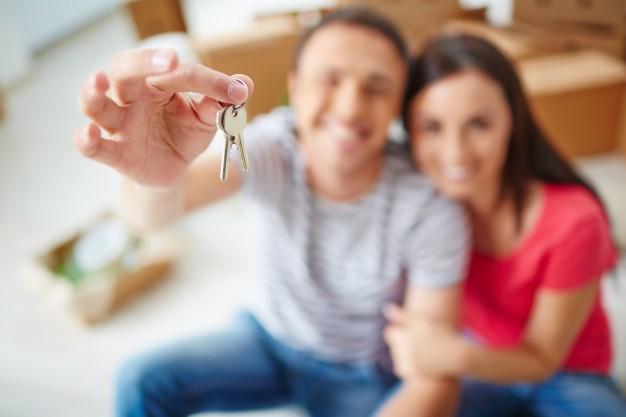 Imagem mostra casal depois de comprar apartamento